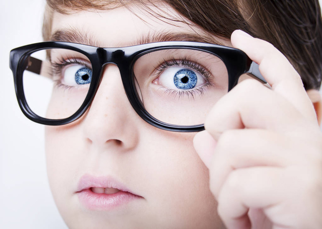 男孩 �{眼睛 眼�R 近�.jpg