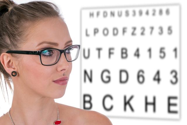 美女 近视眼镜 视力表 眼镜.jpg