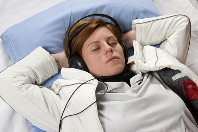带耳朵睡眠的女人.jpg