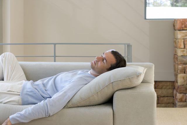 沙发上睡觉的男人.jpg