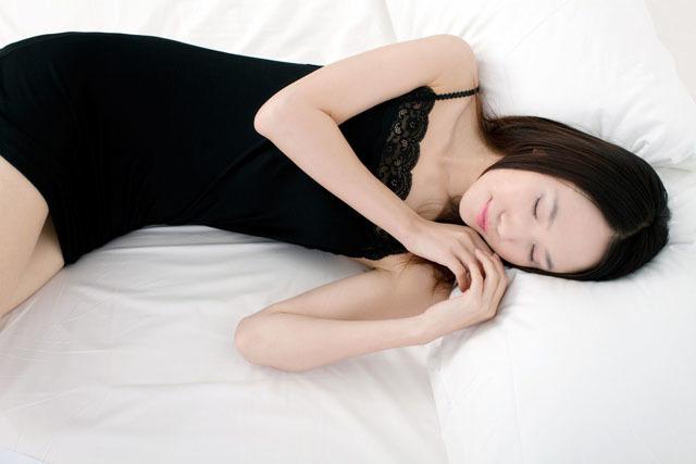 睡觉的漂亮女子.jpg