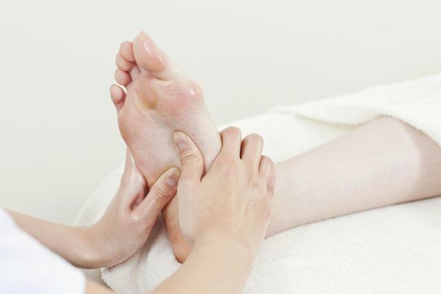 泡脚加足底按摩养生绝配,足底按摩前泡脚还有这些好处