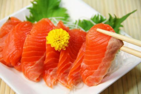 吃生鱼片时为什么要蘸芥末?生吃鱼片小心寄生虫攻击肠胃