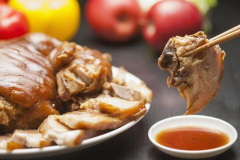 猪蹄最好吃的做法当然是卤了,今天讲讲卤猪蹄的制作方法