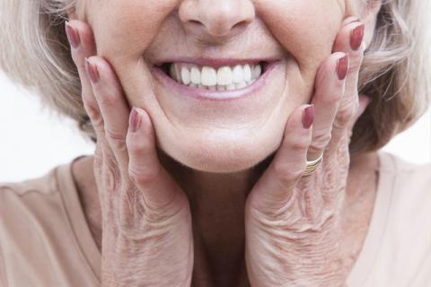 老年人戴假牙需避免这些误区 假牙清洗的小技巧
