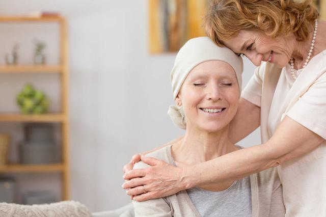 高级的女人帮助她患有癌症的朋友.jpg