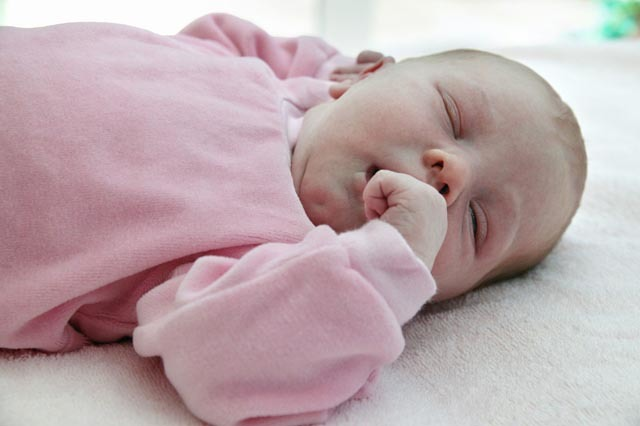 婴儿每天要睡十二个小时,睡眠对婴儿有这几个作用