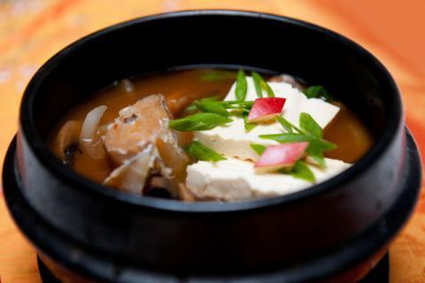 不想吃饭,做一碗鱼头豆腐汤吧,既美颜又开胃