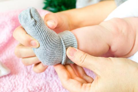 夏季炎热,但也要做好新生儿足部的保暖