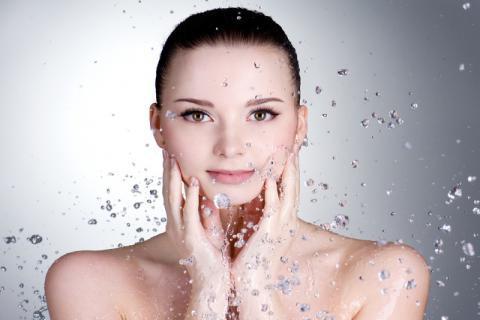 炎热夏季,喂你的皮肤喝足够的水分