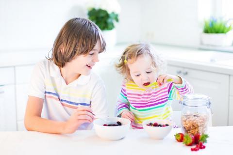 吃饭看着手机,这样进食会损害你的胃部