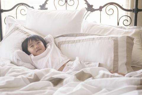在睡觉的时候,如何缓解你的孩子在床上画地图