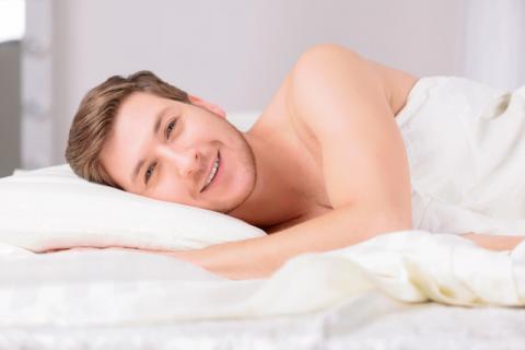 男性裸睡对身段有哪些利益与坏处,有哪些人群不合适裸睡