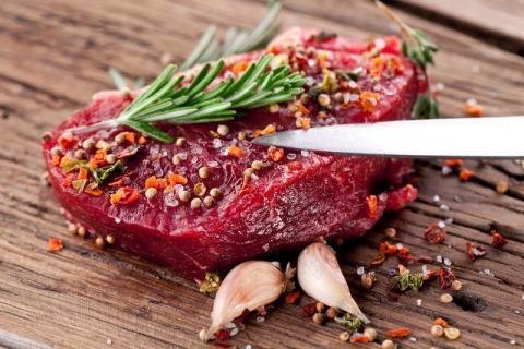 牛肉表面发白还能食用吗