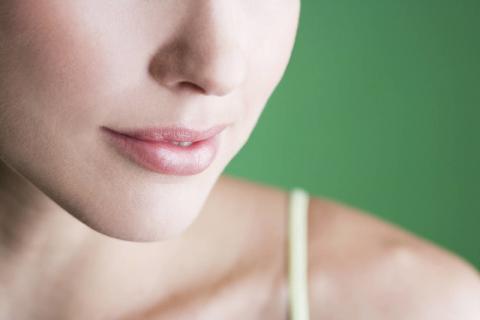 秋天嘴唇开裂的原因,教你预防嘴唇开裂的小方法