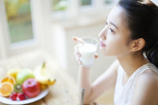 想要美白皮肤喝羊奶,喝羊奶对身段的利益
