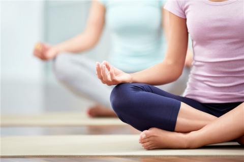 中年女人�瑜伽的好�有哪些,不要因�槟挲g就放���自己�美的�C��!