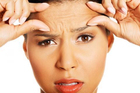 女性正确涂抹眼霜的手法
