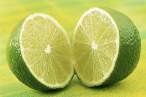 晚上喝柠檬水的功效与作用,效果很神奇!