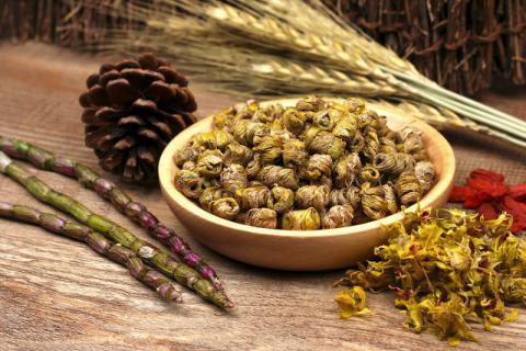适合冬季时间食用的滋补药膳,石斛乌鸡汤温暖你的气色