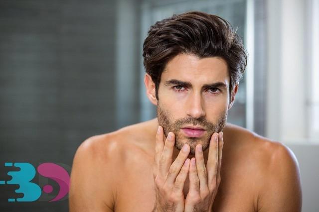 男人在浴室里检查他的胡茬.jpg