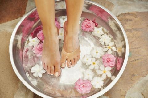 女人用艾叶生姜泡脚的好处,女人必知!