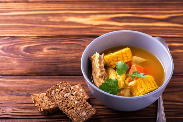 养生美味又健康:玉米胡萝卜排骨汤