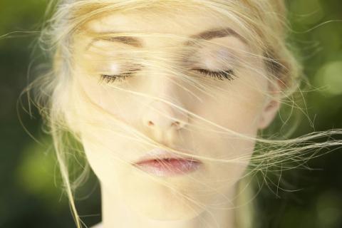 中午趴桌子上睡觉对身体有哪些损害?中午犯困怎么办?这样休息最好
