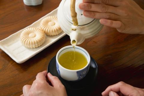 女人喝白茶好还是玫瑰花茶好?白茶和玫瑰花茶的好处