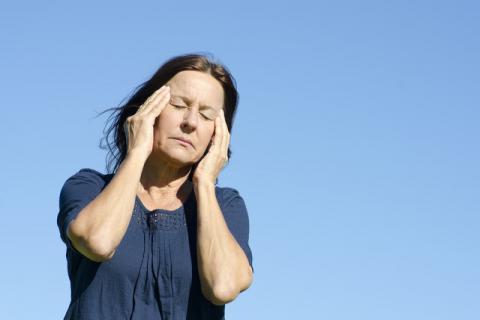 关爱女性健康,更年期身体忽冷忽热怎样调理?