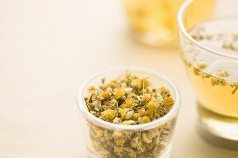 菊花泡水为什么变绿?长期喝菊花茶好吗?菊花茶有这些注意事项