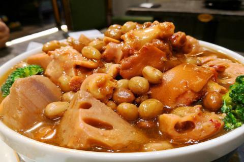冬天煲猪蹄汤搭配哪些食材补气血,赶快动手做起来