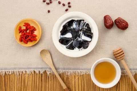 龟苓膏适合什么年龄段的人吃?吃龟苓膏有哪些好处?
