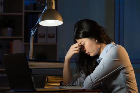 熬夜危害身�w健康,�L期熬夜的�[患有哪些?