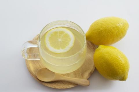 生吃柠檬好还是喝柠檬水好?柠檬不适合生吃
