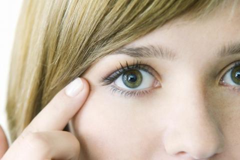 女生如何快速淡化黑眼圈?哪些因素会导致黑眼圈?