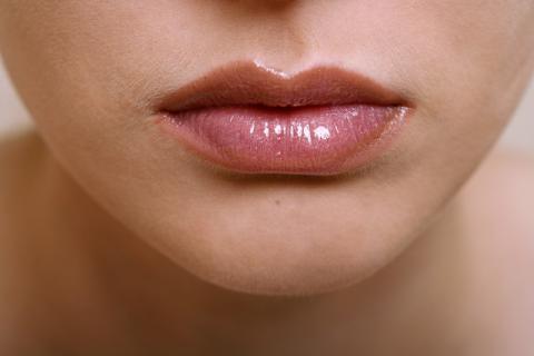 嘴唇干裂吃什么好?为什么会嘴唇干裂?