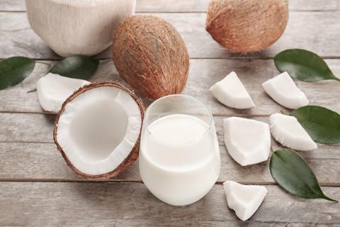 如何分辨椰汁是否变质?新鲜椰汁是什么颜色的?