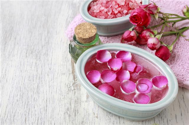 新鲜玫瑰花泡澡的功效与作用