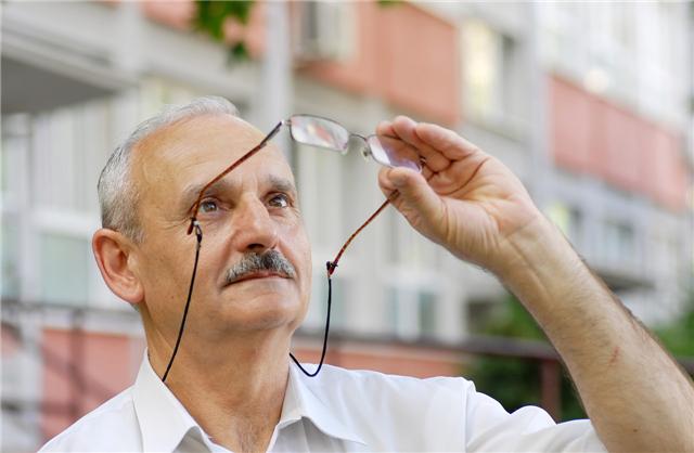 老花镜怎么确定度数?老花镜戴度数大点可以吗?
