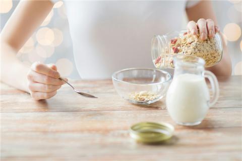 女生喝全脂牛奶好还是脱脂牛奶好?两者有哪些区别?