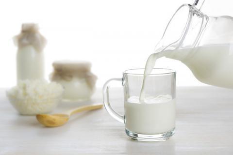 牛奶为什么不能空腹喝?牛奶适合搭配什么吃?