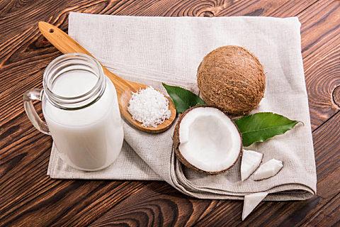 椰子油可以直接擦脸吗