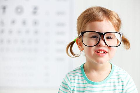 长时间盯屏幕可能影响儿童大脑发育