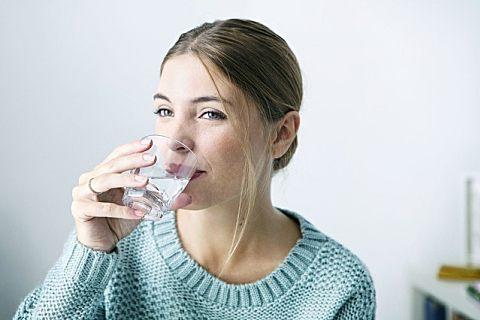多喝热水有什么好处?喝水的最佳时间