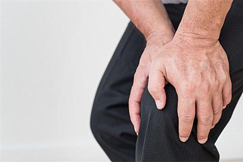 老年人膝盖疼是什么原因?老年人膝盖疼不能做什么?