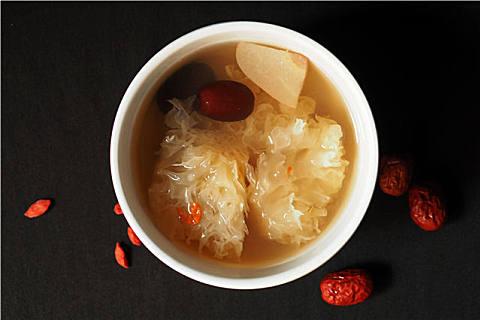 冬天适合喝银耳汤,喝银耳汤对女人的好处