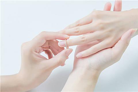 银戒指变黑是身体不好吗