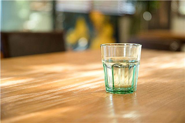 喝纯净水会骨质疏松吗?喝纯净水好还是喝自来水好,很多人都搞错了